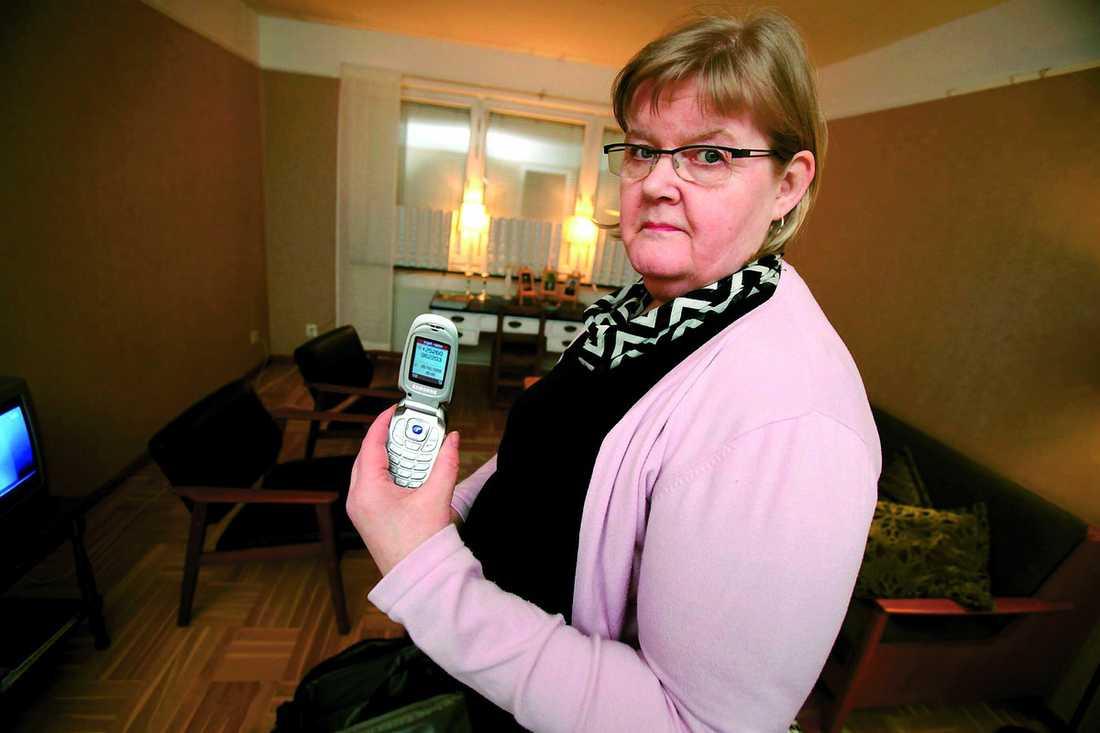 """Dyra samtal Tuula Krantz, 58, trodde det var sonen som flyttat utomlands som ringde mitt i natten. Men allt tyder på att hon drabbats av telefonbedragare. """"Det enda jag hörde var musik. Då förstod jag att det var ett skojnummer"""", säger hon."""