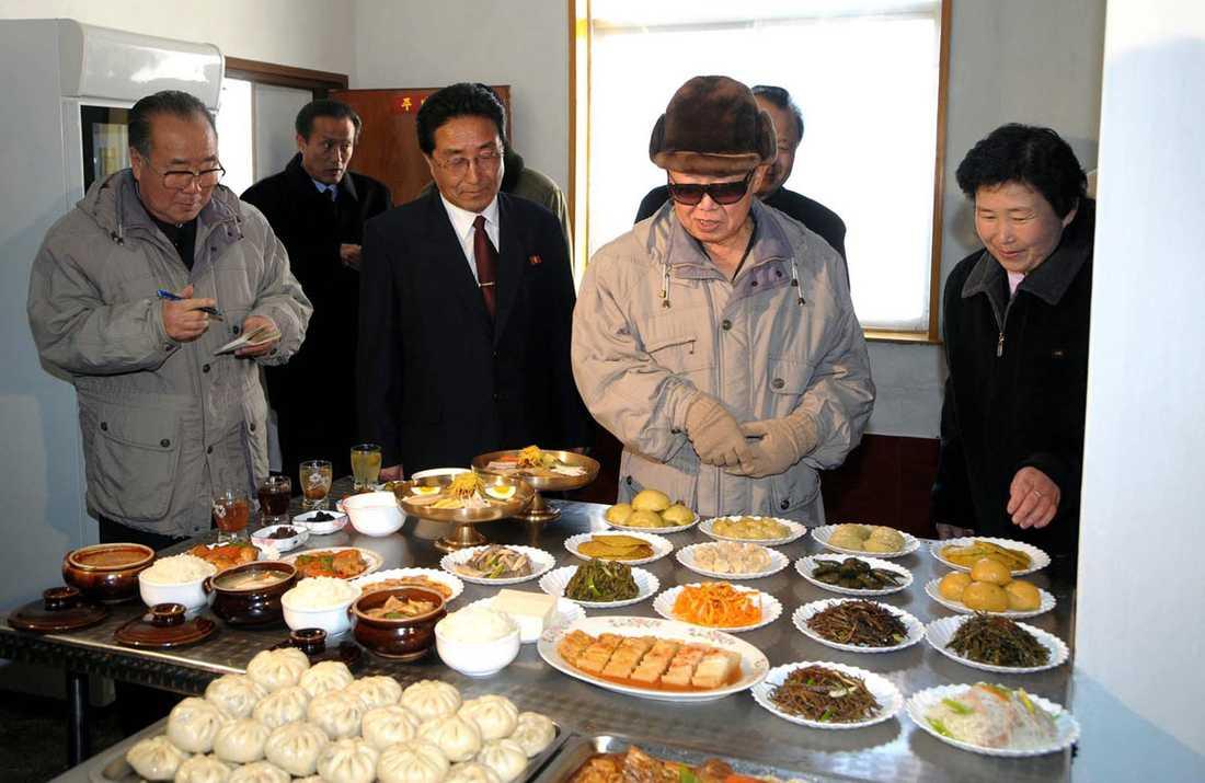 KIM TITTAR PÅ MAT Ingen behöver gå hungrig i folkrepubliken. Ledaren inspekterar det ymniga utbudet på restaurang Manpogak i Manpo.