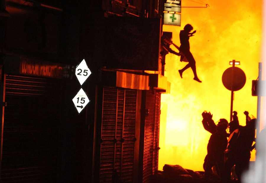 En kvinna ses hoppa ur ett brinnande hus på Surrey street i London.