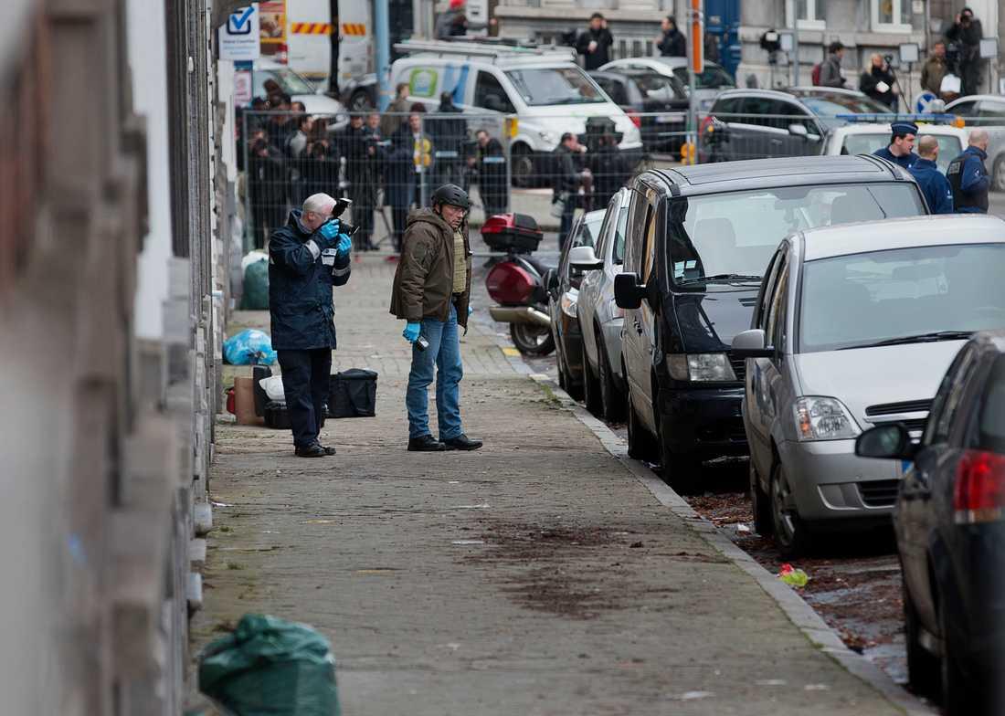 Avspärrad gata efter polisens aktion mot misstänkta terrorister i Belgien.