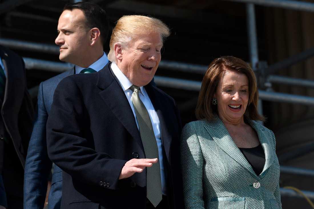 Den demokratiska talmannen Nancy Pelosi och USA:s president Donald Trump vid Kapitolium i våras. Arkivbild.