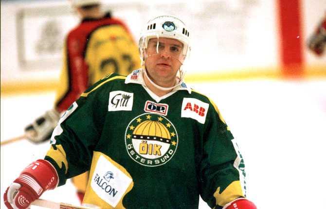 Även Krutov prövade lyckan i NHL, men misslyckades på grund av hemlängtan och viktproblem och åkte istället till Sverige där han gjorde en minst sagt överraskande sejour i division 2-laget Östersund IK. Bilden är från 1992.