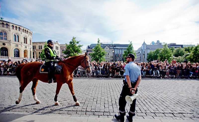 Justin Bieber-fans fick hållas bort av polis och kravallstaket i Oslo, Norge.