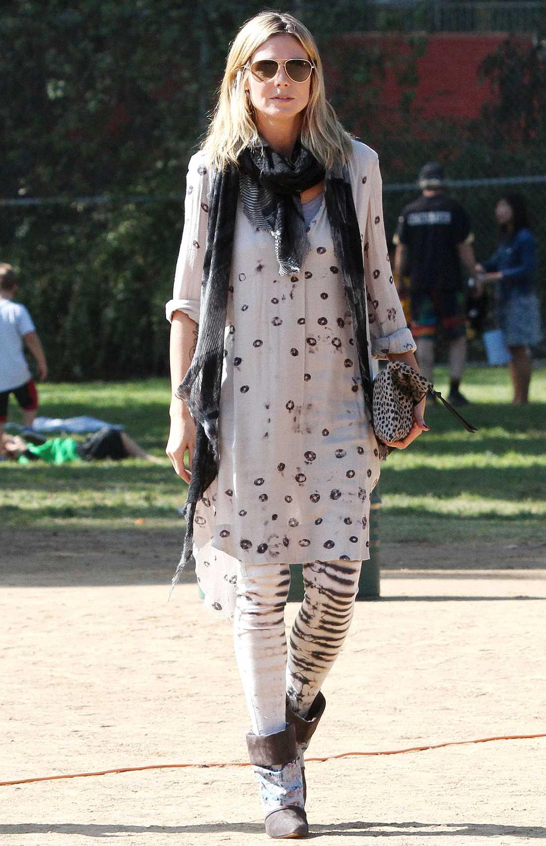 Heidi Klum är bohemiskt chic i mönstrade tajts och en lång tunika.