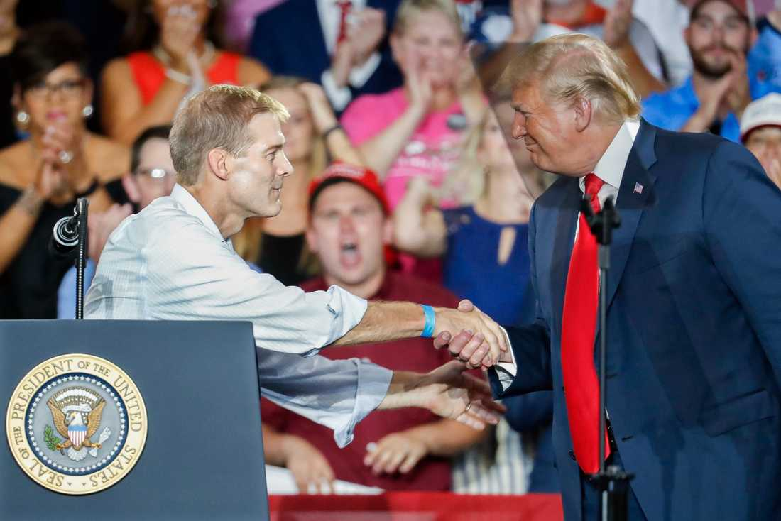 Jim Jordan skakar hand med president Donald Trump under ett valmöte i Ohio i augusti. Jordan utmanar Kevin McCarthy om posten som republikanernas minoritetsledare i representanthuset.