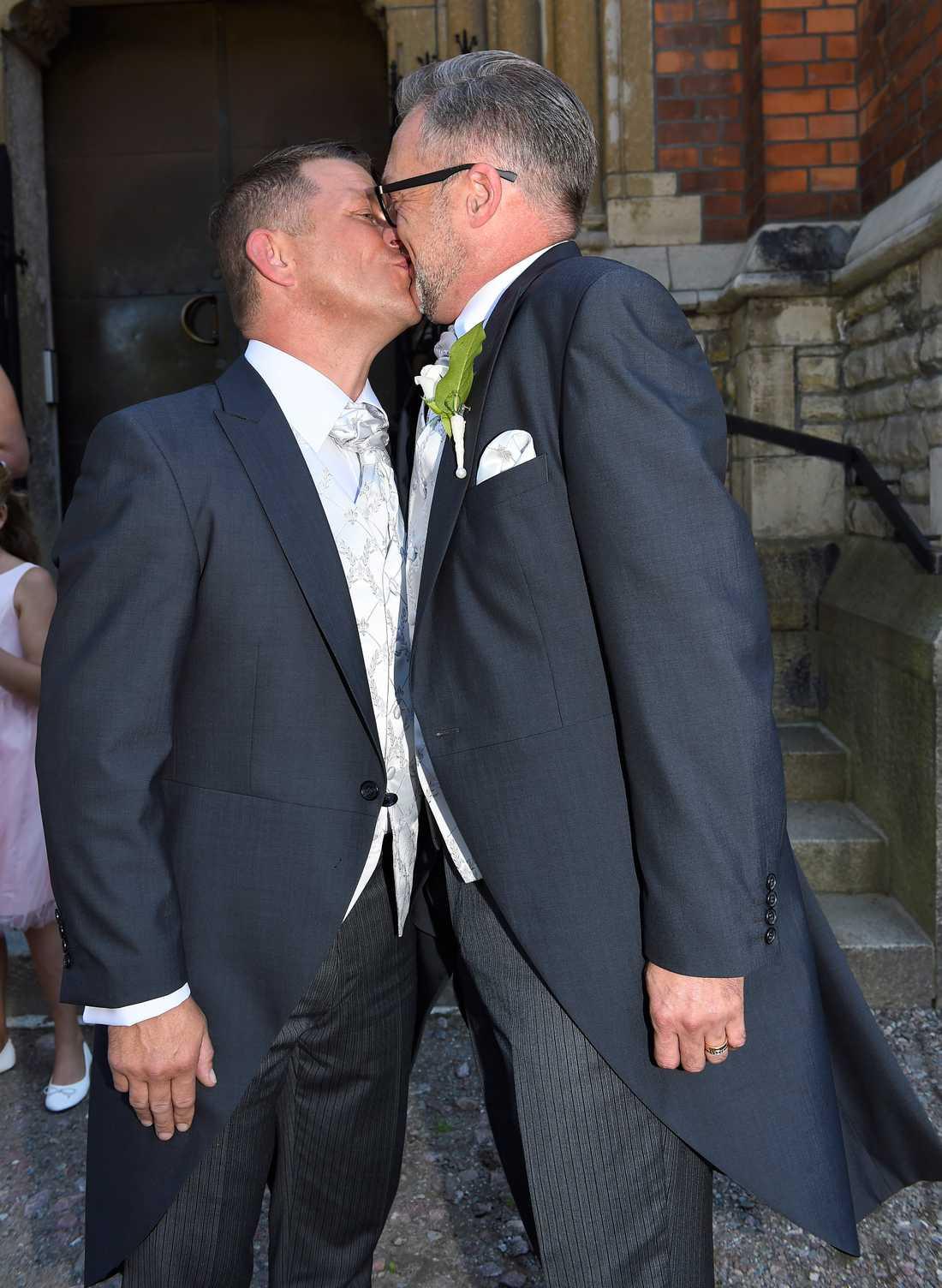 Tony Irving och Alexander Skiöldsparr delade en bröllopspuss.