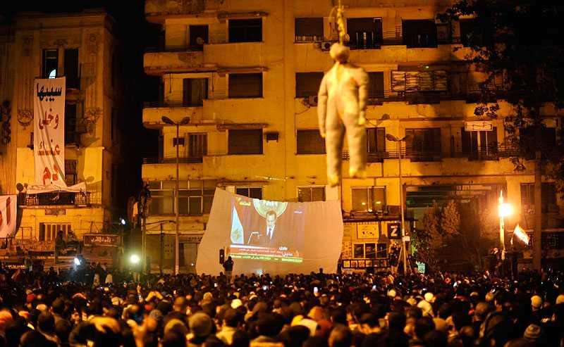 Demonstranter på Tahrir-torget under president Mubaraks tv-tal.