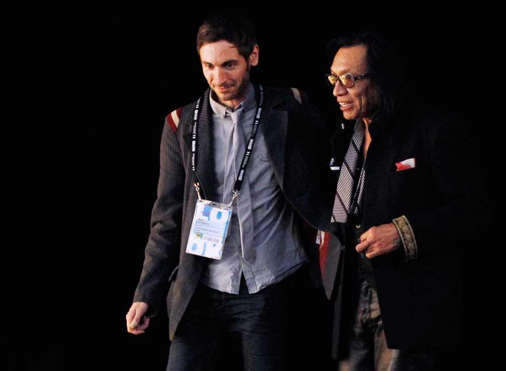 Malik tillsammans med stjärnan i hans dokumentärfilm Sixto Rodriguez