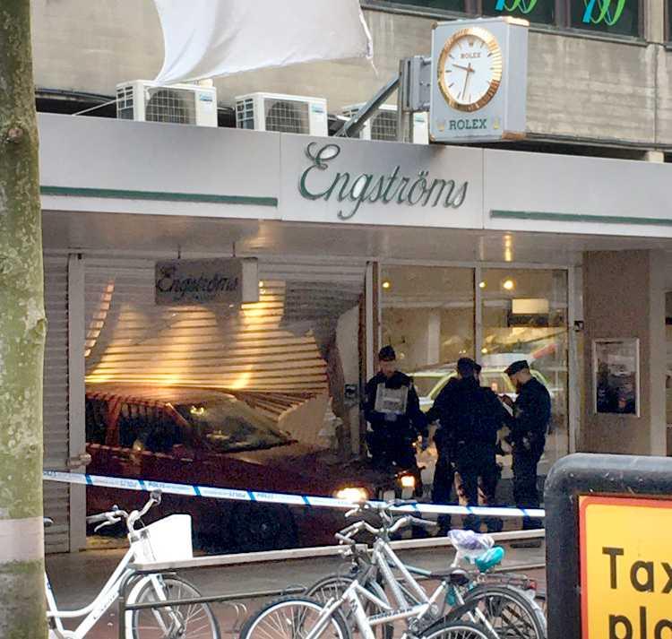 En bil har kört in i en klockbutik i Jönköping.