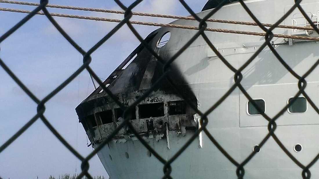 Hur branden uppstått är ännu okart. På det eldhärjade däcket finns fartygets förtöjningsanordningar.
