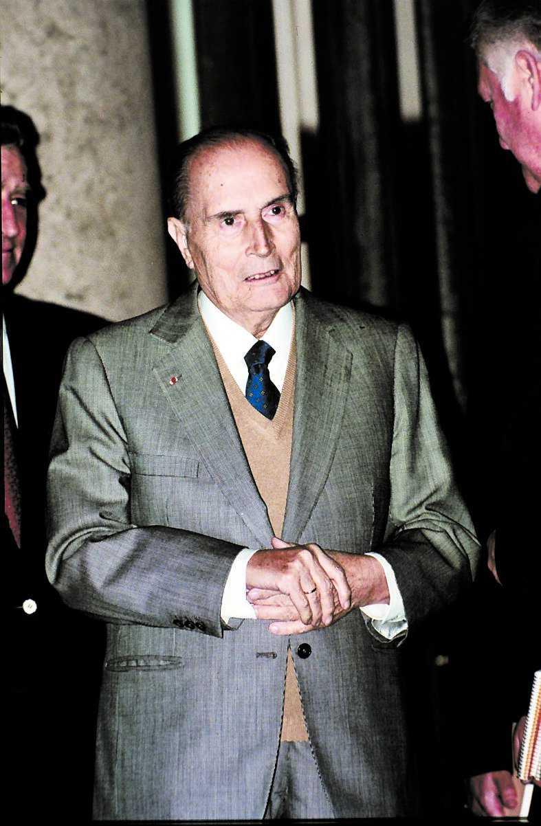 Francois Mitterrand dog 1996. Först nu säljs han kläder.