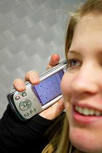 Mobilskulder hos unga blir allt vanligare i och med 3G-telefonernas nya tjänster såsom kamera och musik. Tjejen på bilden har inget med artikeln att göra.