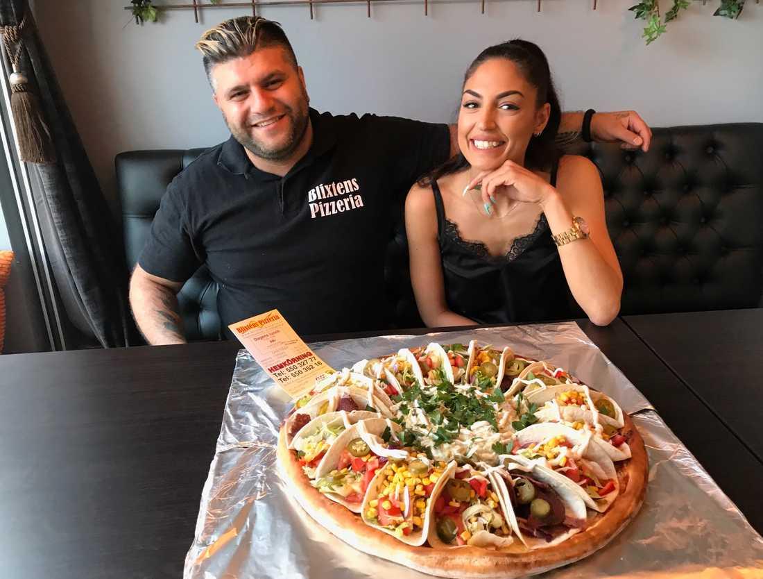 George Kalayli med kompisen Ysabel Betyo och den nya pizzan.