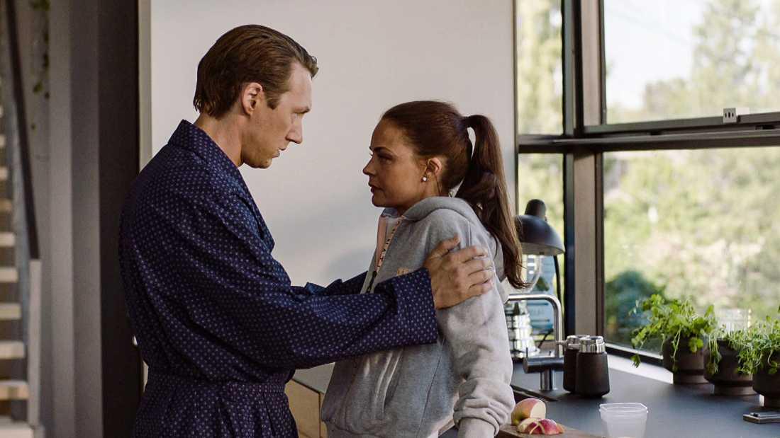 Adam (Simon J. Berger) och Hermine Veile (Agnes Kittelsen).