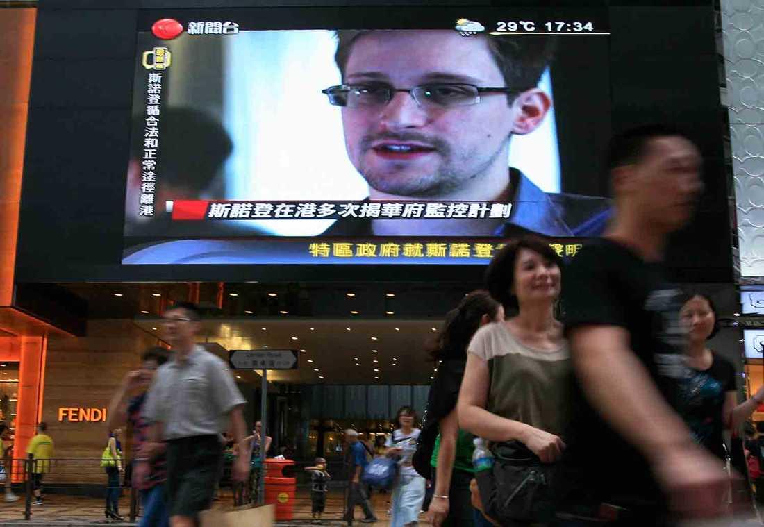 I boken beskrivs bland annat visselblåsarens flykt från Hongkong –där han befann sig när nyhetsbomben briserade. Nu befinner sig Snowden på flykt.