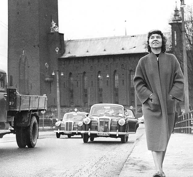 Elsa Grave (1918–2003) betraktas som en av Sveriges viktigaste modernister. Hon debuterade 1943 och gav ut 18 diktsamlingar, fem prosaböcker och ett tiotal teaterpjäser. I samband med Graves 100-årsdag 17 januari släpps tre samlingsvolymer med hennes verk.