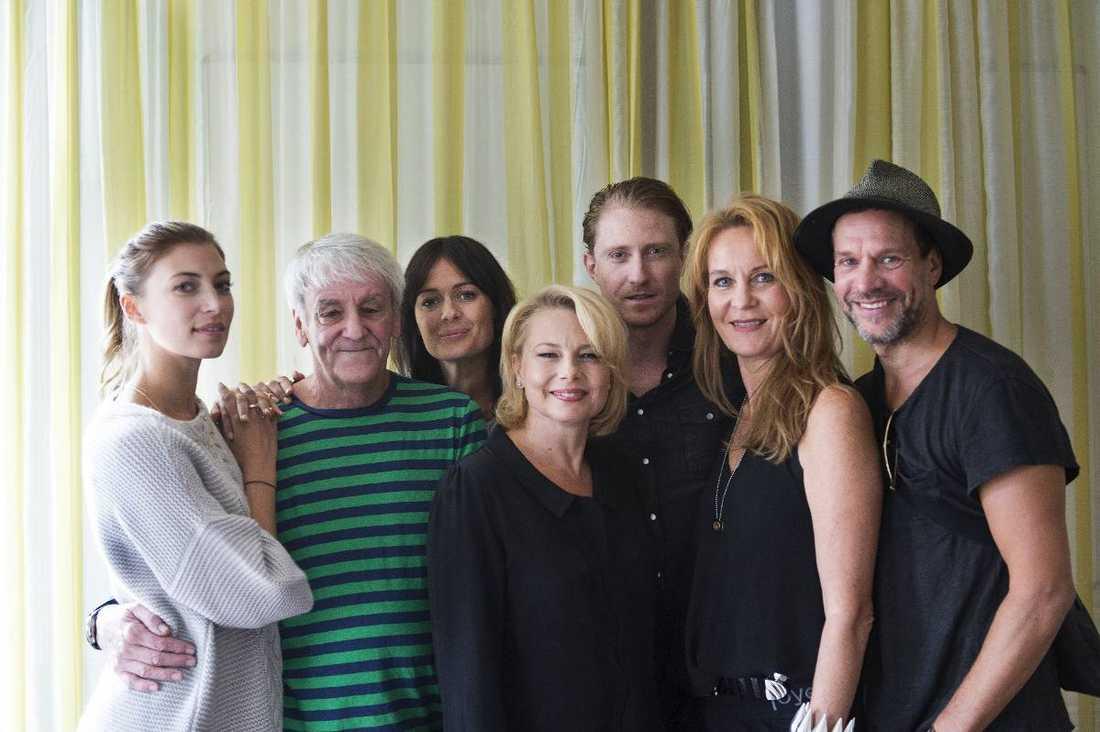 """Colin Nutley (i randigt) tillsammans med skådisarna i hans nya film """"Medicinen"""". Från vänster: Cecilia Forss, Nutley, Susanne Thorson, Helena Bergström, Peter Eggers, Maria Lundqvist och Thomas Hanzon."""