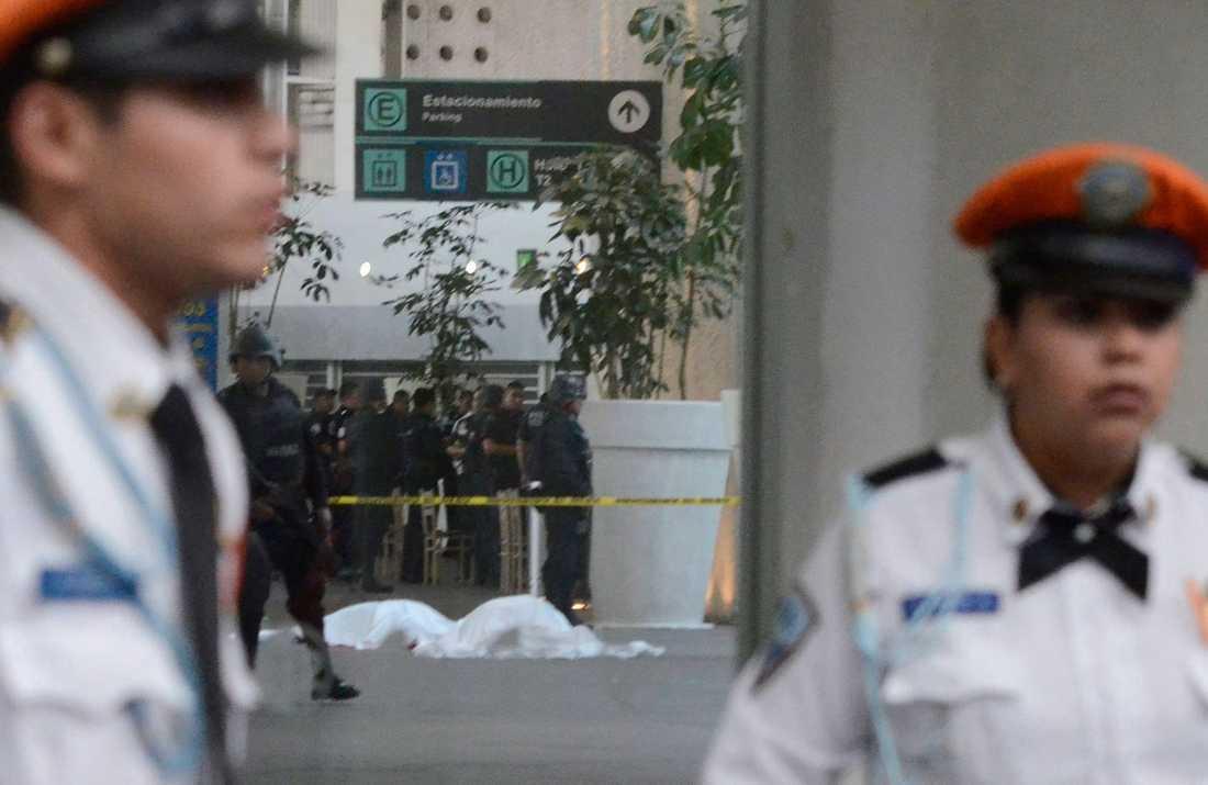 Tre poliser dödades i en eldstrid på Mexiko Citys internationella flygplats.