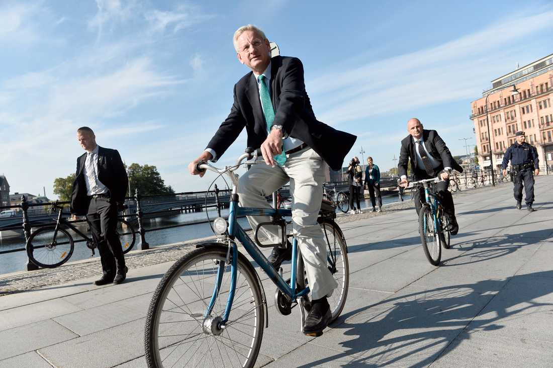 Carl Bildt är ute och cyklar, skriver Lena Mellin.