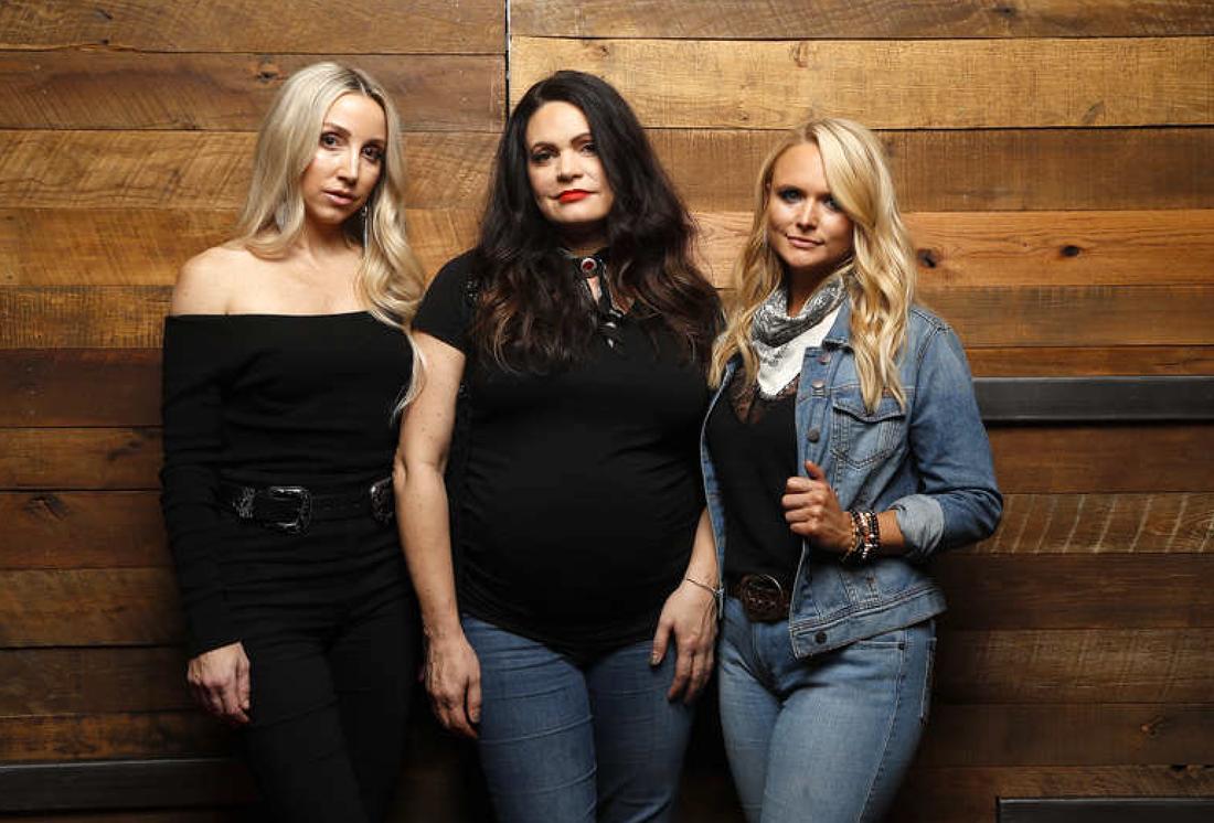 Ashley Monroe, Angaleena Presley och Miranda Lambert i Pistol Annies. Musiken är lika hård som Dolly Parton.