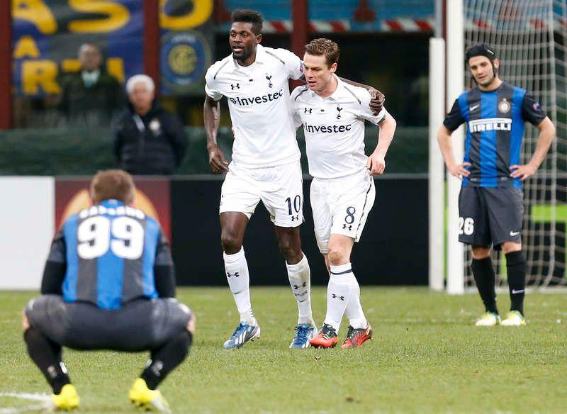 Emmanuel Adebayor och Scott Parker i vitt. d4fb321aac96d