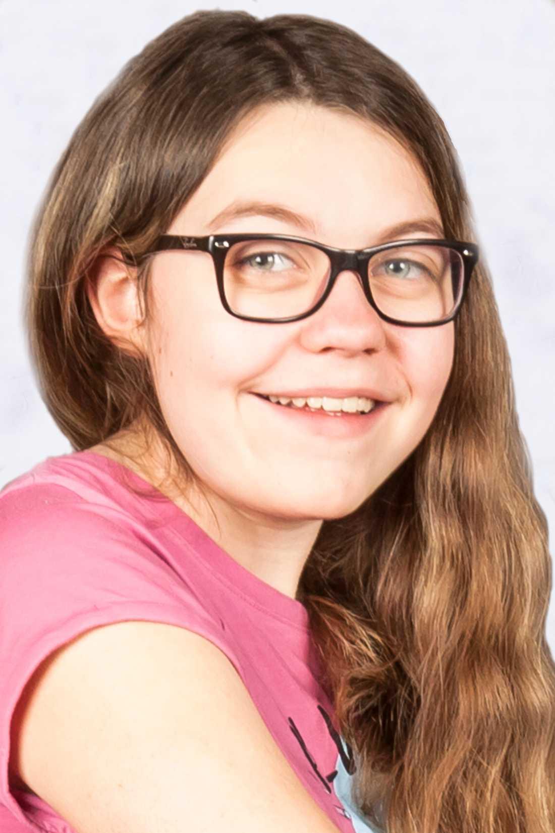 Här har vi Julia, 13 år som bor i Söråker. Hon var 3,5 år gammal när hon diagnosticerades med en aggressiv variant av Ependymom typ 2. Det jobbigaste under behandlingen var alla sövningar och undersökningar; hon har gått igenom ett antal operationer och strålbehandlats 30 gånger.Lekterapin, helikoptern och clownerna var favoriter när hon var inlagd på Barn 3 i Umeå, samt att cykla runt bland avdelningens väl tilltagna korridorer.Julia är fri från sin cancer sedan april 2008.