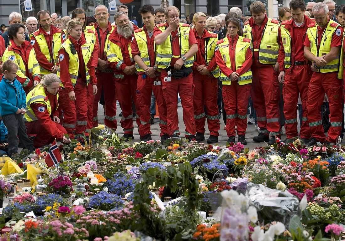 OSLO, 12.00  En grupp sjukvårdare samlades för att lägga ner blommor och sörja vid Domkyrkan i Oslo i går.