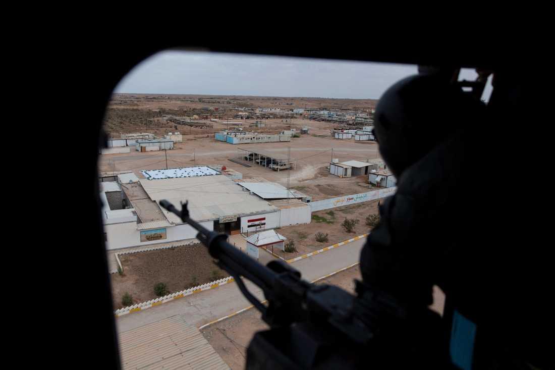 En irakisk soldat blickar ut över al-Qaim från en helikopter. Soldater från den USA-ledda alliansen mot IS har lämnat militärbasen i gränsstaden. Arkivbild.