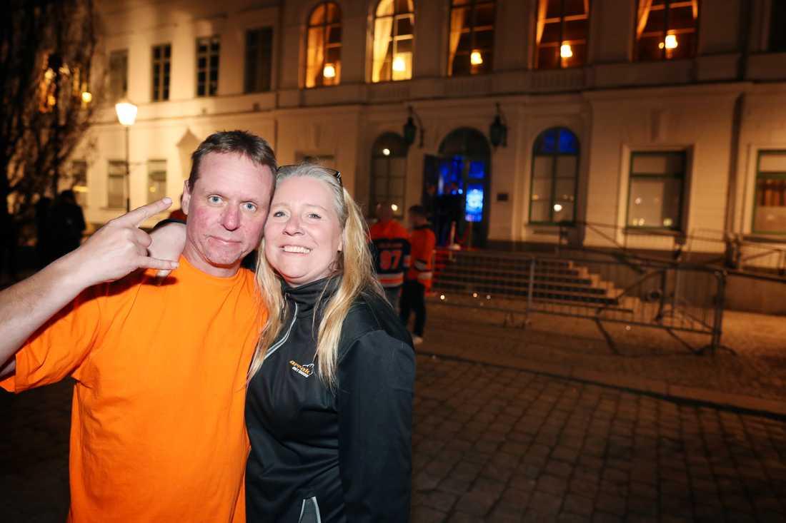 Jessica och Jens Ovesson är glada för guldet – men det blev ingen guldfest med laget.