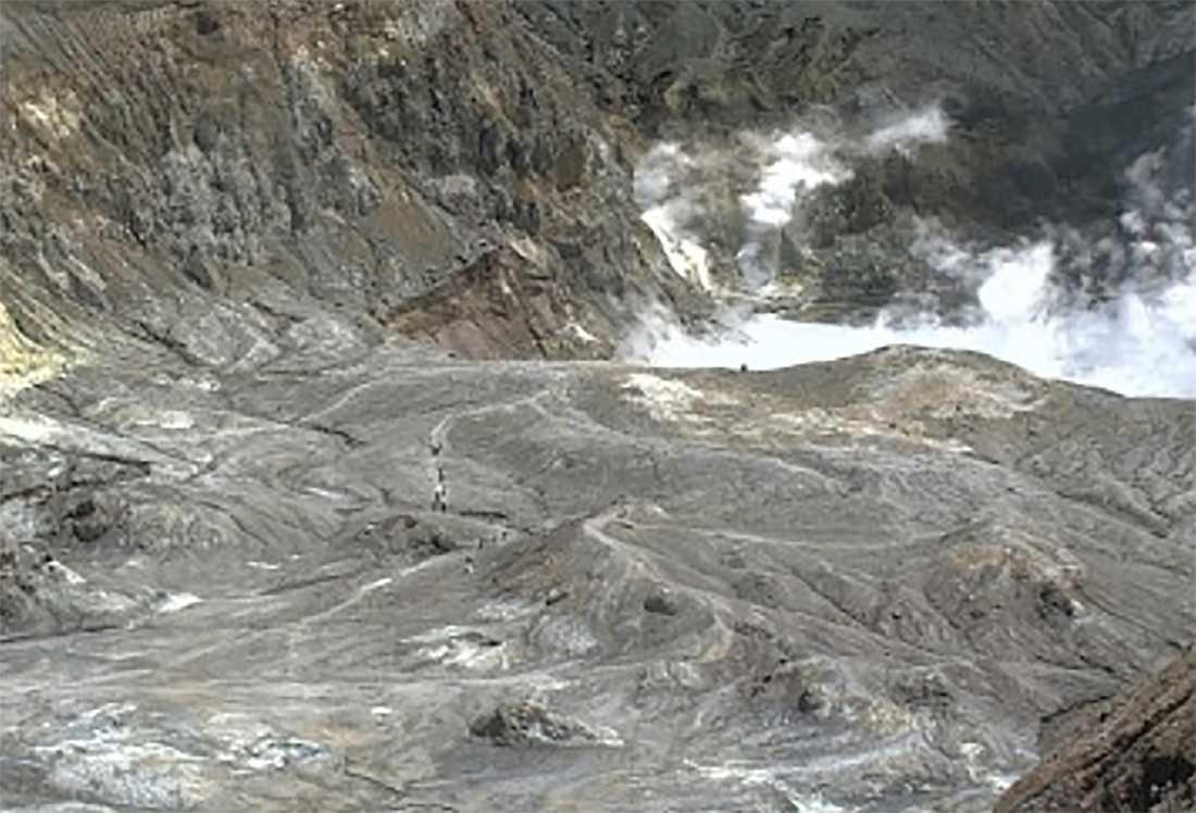En grupp människor syns gå längs med ett vandringsspår från vulkanens krater inte långt före utbrottet.