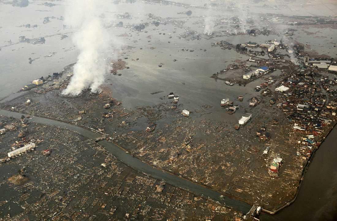 NATORI EFTER Staden, som har cirka 72 000 invånare, täcks nu till stora delar av vatten och lera. Endast ett fåtal byggnader är fortfarande intakta. Här ligger också Sendai Airport, som både brann och dränktes av flodvågens framfart. Den översvämmade Natori-floden flyter genom staden och tar med sig hus, bilar och byggnader. Flera kraftiga bränder har rapporterats. De flesta invånare livnär sig på fiske och jordbruk – eller arbetar inom industrin.