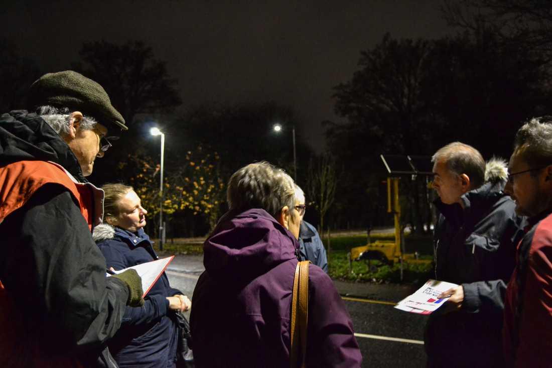 Den lokale kampanjchefen Andrew Smith, till höger, instruerar Labours valarbetare i Uxbridge i nordvästra London.