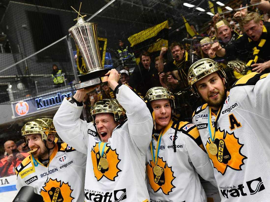 Försvarar titel – med nytt namn Skellefteå vann både SM-guldet och grundserien förra året. Gör de om bedriften i år blir det inte elitseriens grundserie de vinner – utan SHL, Swedish Hockey Leagues.