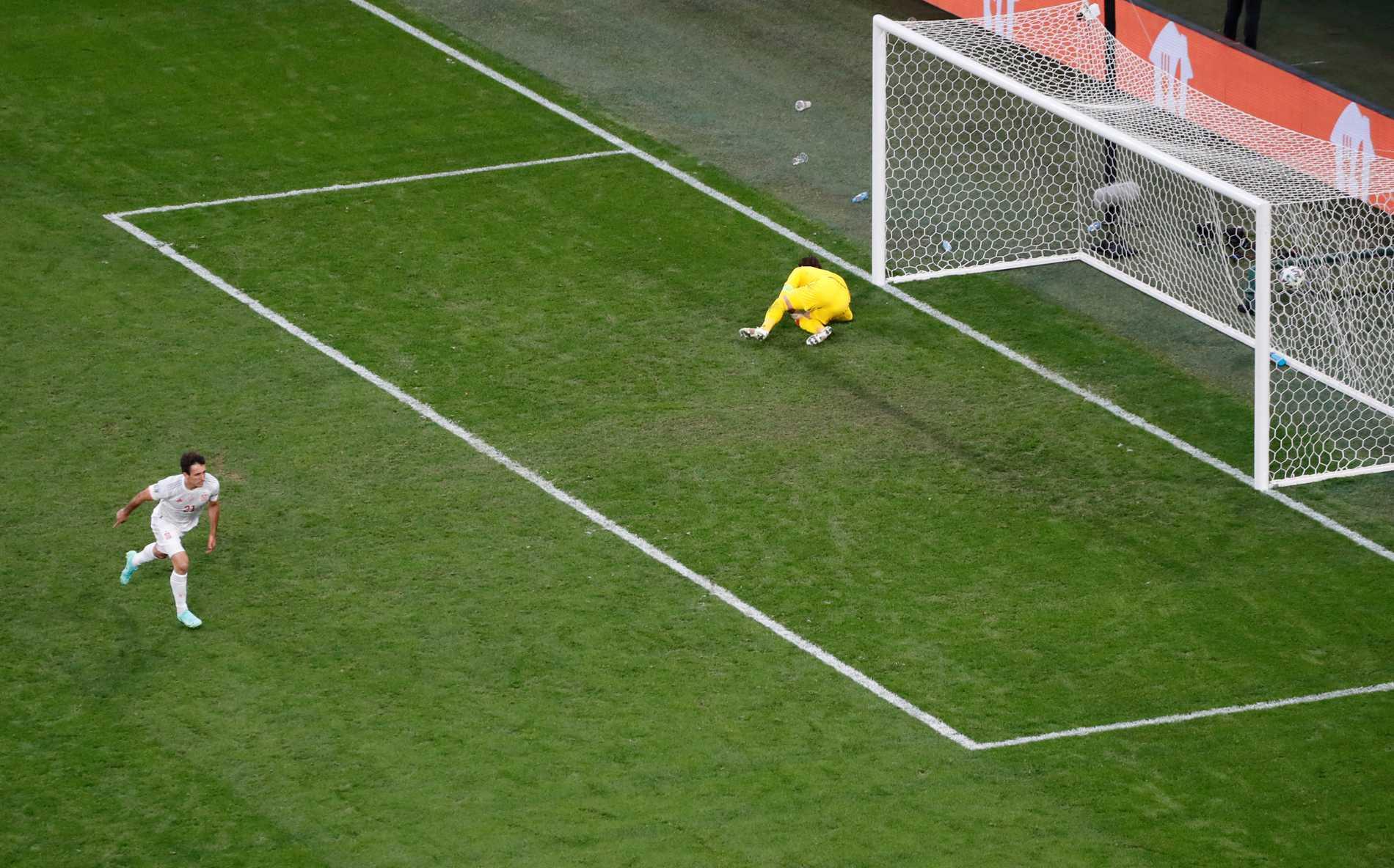 Mikel Oyarzabal sätter sista straffen när Spanien går vidare till semifinal i EM.