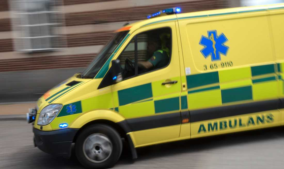 Barnet som föll ut genom ett fönster är under tre år och fick föras med ambulans till sjukhus. Arkivbild.