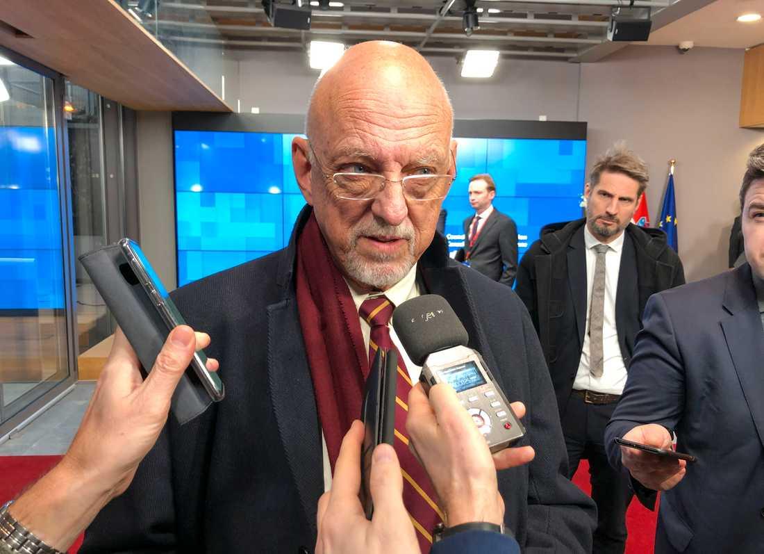EU-minister Hans Dahlgren på väg in till måndagens EU-möte i Bryssel.
