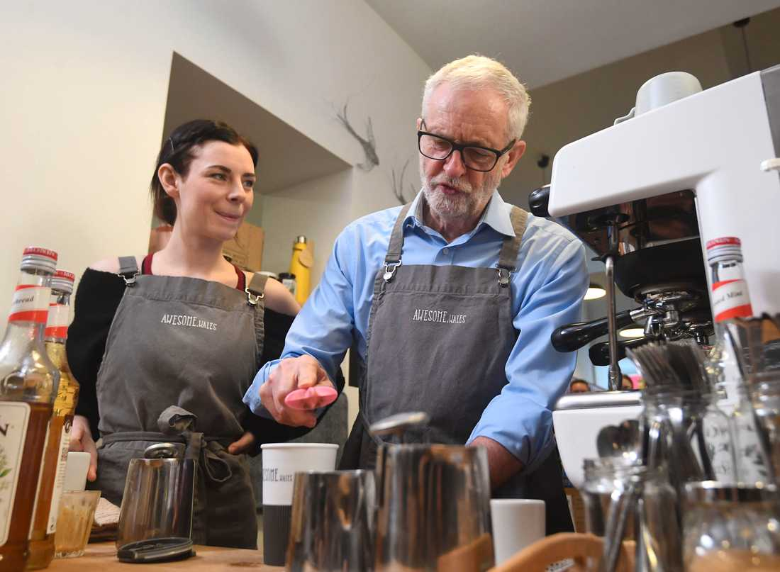 Labourledaren Jeremy Corbyn stannade till på ett kafé i Barry under sin vaturné.