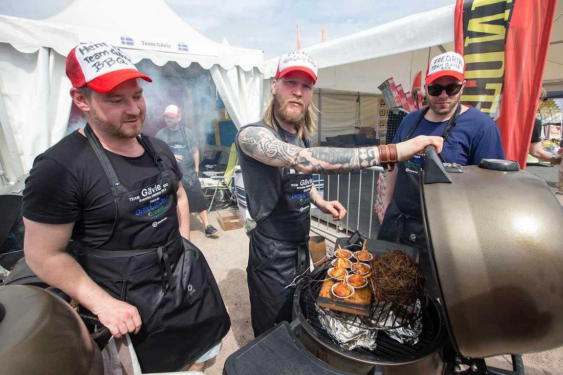 Skägg, keps och tatueringar Är det såhär en riktig barbequekock ska se ut?  Staffan Rosvall, Henrik Gunnarsson och Fredrik Åhlsten deltar i Grill VM.