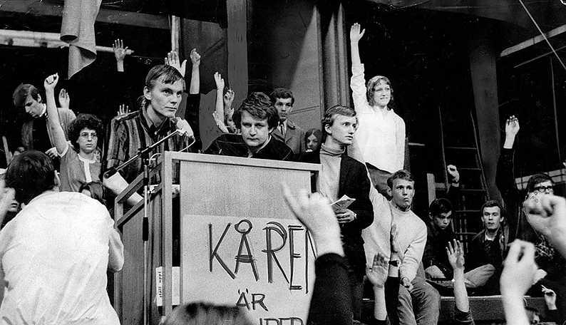 Studenter vid Stockholms universitet, med Anders Carlberg i spetsen (mitten, i talarstolen), ockuperade Kårhuset i maj 1968.