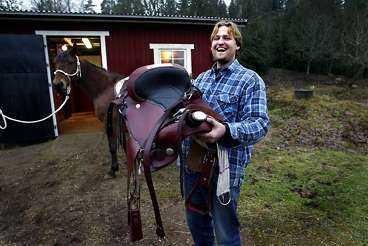 """""""Häcken är för bred"""" Stefan Leandersson kan lämna tillbaka den trånga lånesadeln. Den nya westernsadeln är skön som en fåtölj, enligt Stefan."""