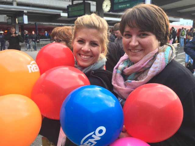 Laura Bankavs, 28, och Tina Reischi, 29, välkomnar flyktingarna i München
