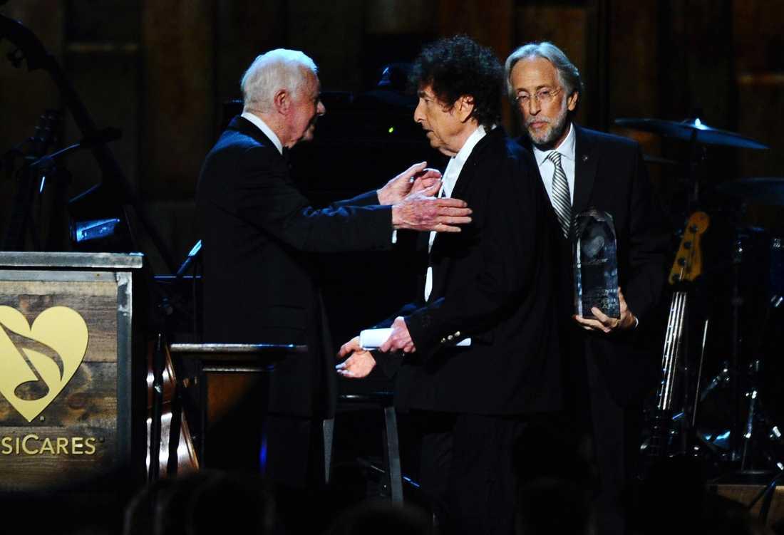 Bob Dylan när han tar emot Nobelpriset i litteratur.