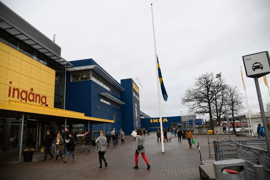 Flaggorna på halv stång vid Ikea Kungens kurva.