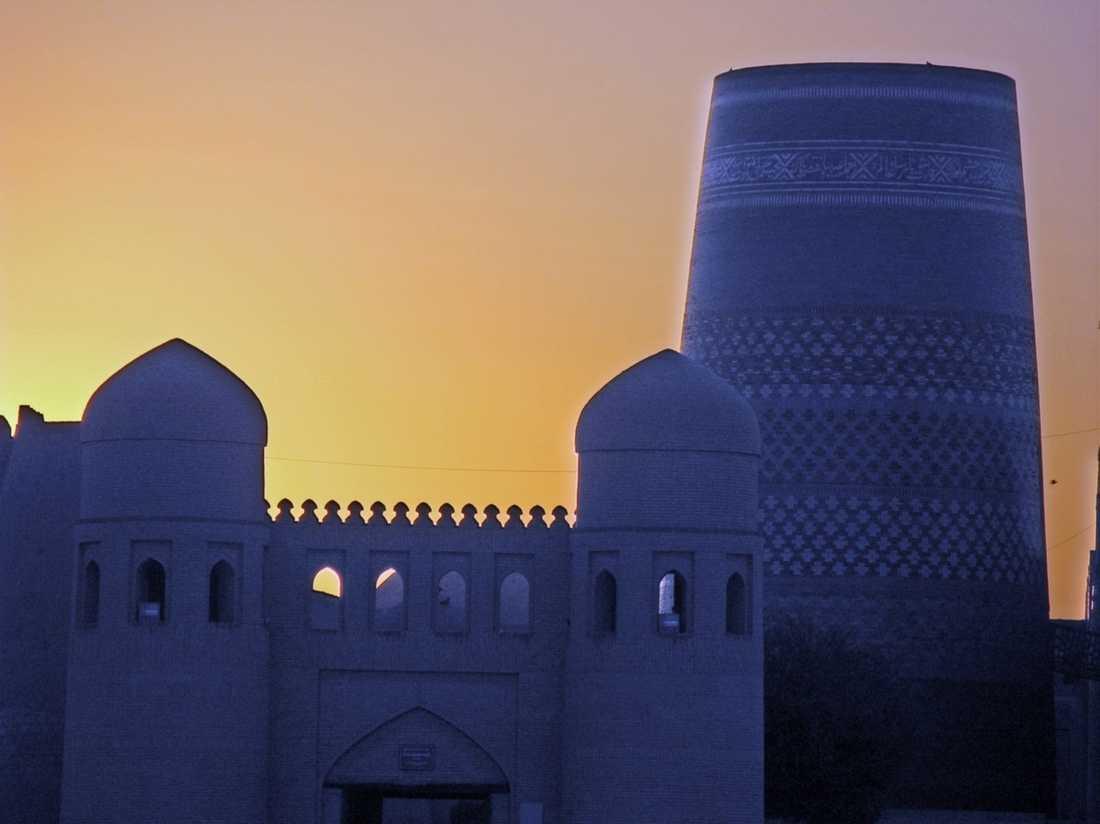 Den medeltida staden Khiva har ringmur, tinnar och torn helt bevarade.