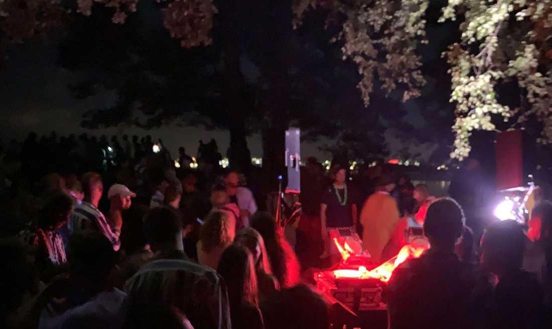 På Bogdøy festade hundratals glatt – tills polisen anlände.