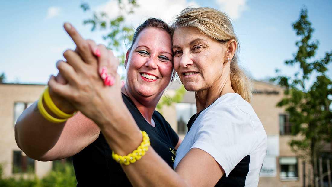 Susanne Bergholm (till höger) och Annelie Thomsson, initiativtagare till gula dansbandet.