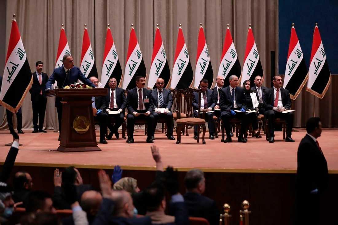 Iraks premiärminister Mustafa al-Kadhimi får efter en månads förhandlingar sitt kabinett godkänt av parlamentet. Arkivbild från Mustafa al-Kadhimis installation i maj.