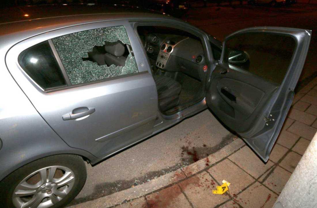 """Skotten gick in från sidan av bilen och träffade mannen som satt i passagerarsätet. Offret fick en skymt av skytten. Han tyckte att han såg """"ledsen ut""""."""