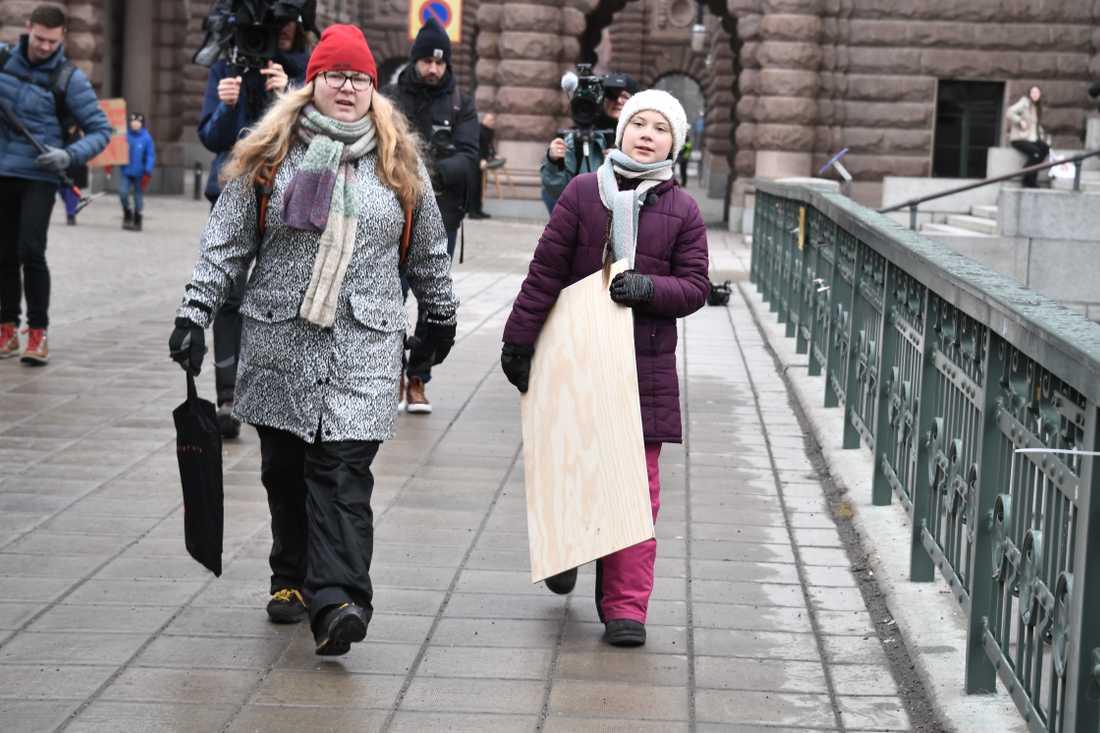 Greta Thunberg vid Sveriges riksdag på fredgsmorgonen.