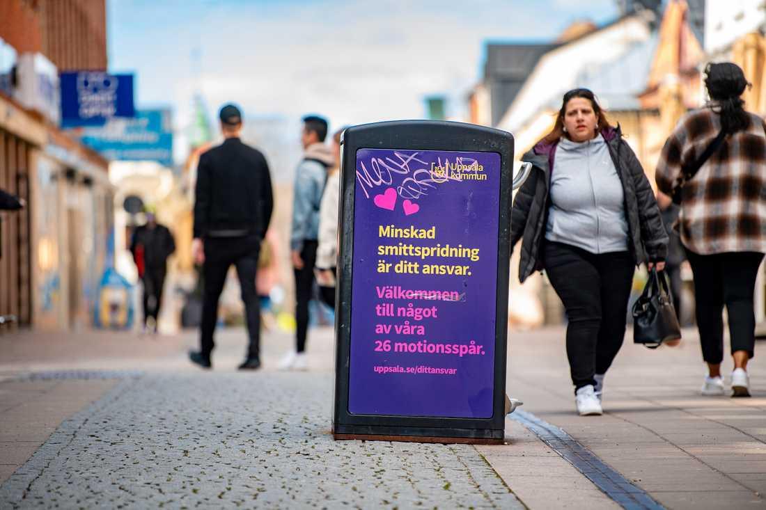 """""""Minskad smittspridning är ditt ansvar"""", lyder texten på en skylt i Uppsala. Sverige har nu näst flest antal nya covid-19-fall per invånare i EU. Arkivbild."""